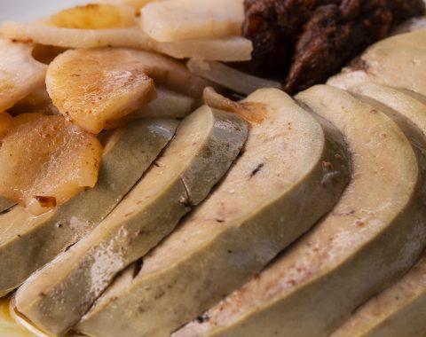Husacia pečienka s jablkami a hroznom